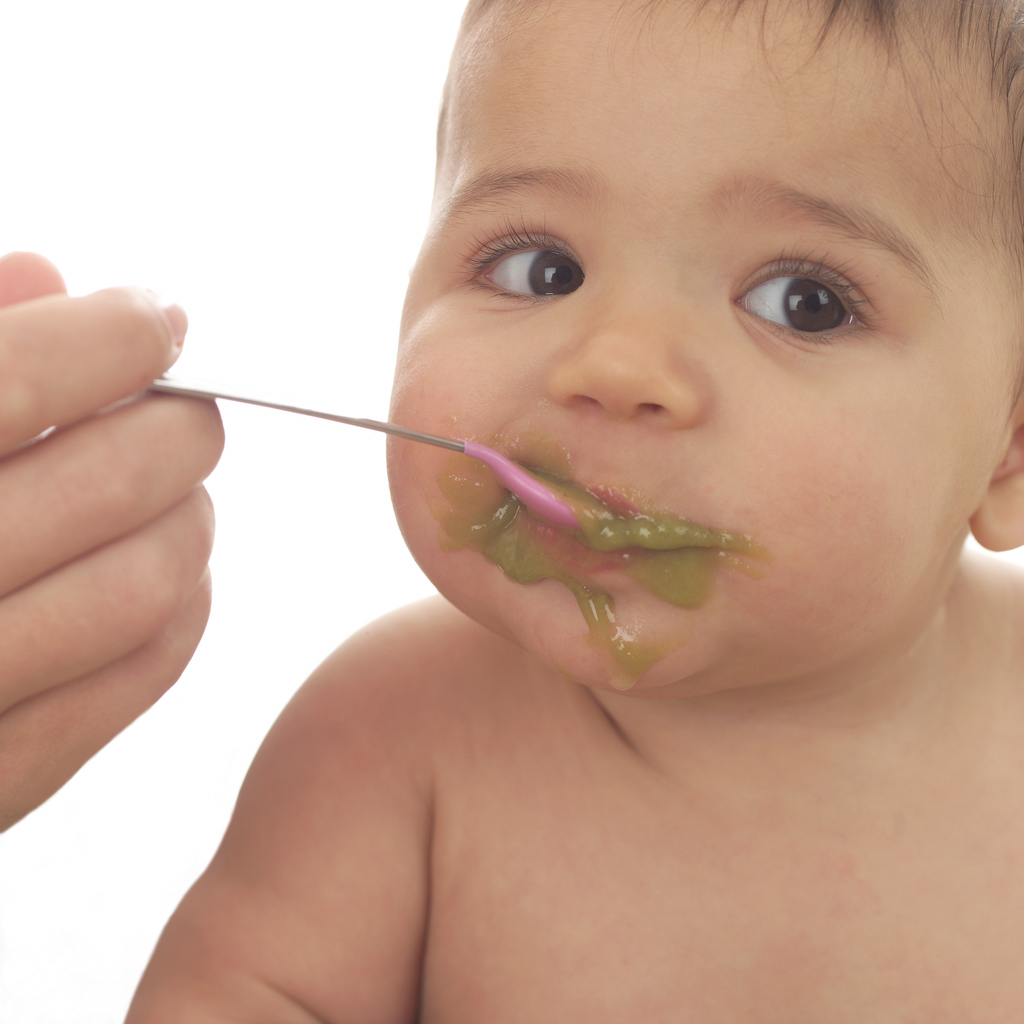 bebe mangeant